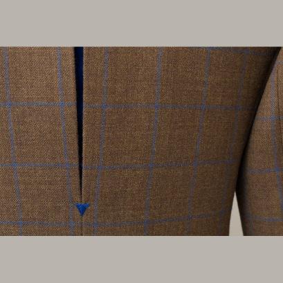 With bright blue cashmere pleat and arrowhead tack / Kék kasmír hajtással és ékhímzéssel
