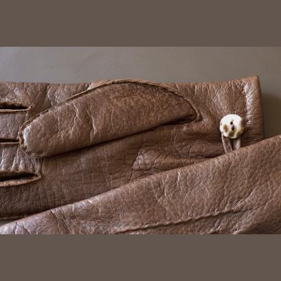 With kauri-shell buttons / Kauri gombbal