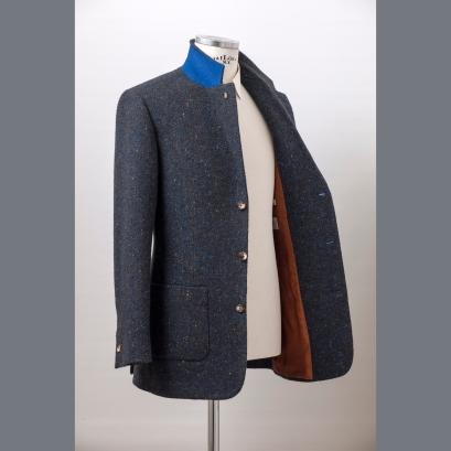 The jacket is half-lined and it has one button on cuff / A zakó féligbélelt és egygombos mandzsettájú.