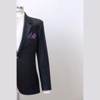 Single jacket made of Dormeuil/ Amadeus fabric with full canvas construction in German Cut with unwonted details. Szóló zakó az angol Dormeuil / Amadeus anyagából teljesen kézműves kidolgozással német szabással ésnem szokványos részletekkel