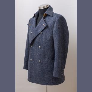 The lapel can be worn in many ways, the coat has precious details as the metal buttons and handmade button holes / Sokféleképpen hordható gallérral, fémgombokkal és kézi gomblyukakkal